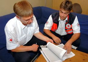 Ein Rettungsassistent beim Zwischengespräch während seiner Ausbildung. Foto: Markus Brändli
