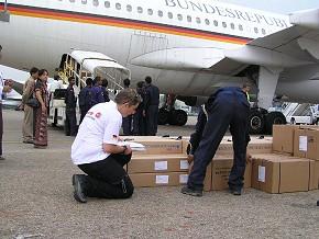 Ausbilderin und Rettungsassistentin Sarah Spöttl nimmt Hilfsgüter entgegen, die mit einer Maschine des Auswärtigen Amtes nach Rangun geflogen worden sind.