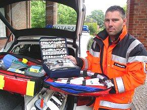 Rettungsdienstmitarbeiter Karsten Kleingries präsentiert die Arzneimittel, die an Bord eines Notarzteinsatzfahrzeuges vorgehalten werden