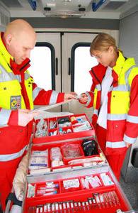 Praktiantin Christiane Brusch wirft einen Blick in den Notfallkoffer. (Foto: Kraft / DRK Parchim)