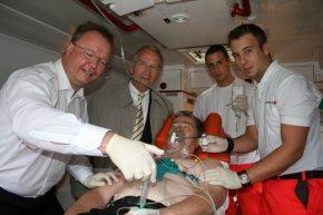 Gemeinsam für die Lyse im NRW-Rettungsdienst: Dr. Udo Schniedermeier (links) und Horst Engel (mitte).