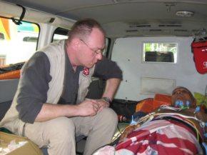 Volker Kleinert bildet Krankenwagenfahrer auf Sri Lanka fort.
