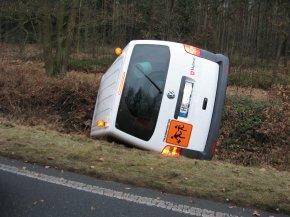 Auch in Celle ist der Schulbus ohne Fahrgäste im Straßengraben gelandet.