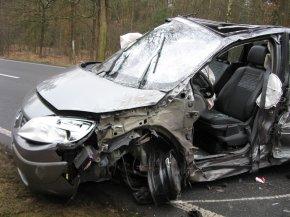 Der Scenic der Unfallgegnerin hielt der Kollision und einem Überschlag stand. Die Fahrerin erlitt nur leichte Verletzungen.
