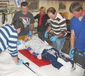 Mit Hilfe von computergesteuerten Puppen als Patientensimulatoren konnten die Rettungsdienstmitarbeiter Zwischenfälle auf der Intensivstation lebensnah durchspielen. Foto: Kreis Soest