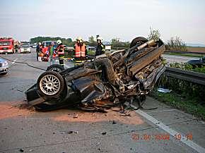 Fahrzeugwrack des aufgefahrenen Opel Vectra.