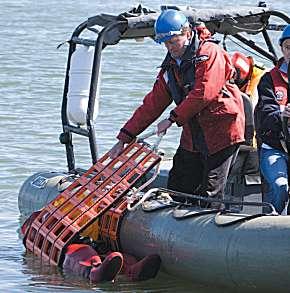 Mit dem Cosalt-Rettungssystem können Personen aus dem Wasser einfach und sanft über die Bordkante ins Boot gerollt werden.