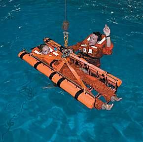 Die Variante des Cosalt-Rettungssystems für den Krankentransport:Die verletzte Person liegt geschützt in der schwimmenden Matte, bevor sie über eine Winde angehoben wird.