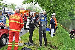 Taucher von Feuerwehr und DLRG gingen dem Verdacht einer vermissten Person auf den Grund.