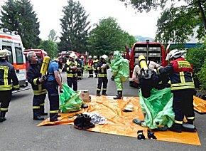Feuerwehrleute machen sich in ABC-Anzügen zur Erkundung bereit.