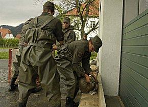 Soldaten im Einsatz beim Hochwasserschutz (Foto: Bundesheer, Michael Wurmetzberger)