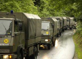Immer mehr Soldaten unterstützen die zivilen Hilfskräfte zu Lande und aus der Luft. (Foto: Bundesheer, Michael Wurmetzberger)