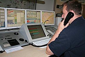 Der Oelder Notruf ist aufgeschaltet - Christian Schneider von der Kreisleitstelle prüft, ob die Leitungen stehen