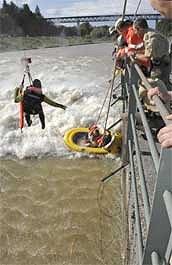 Spektakulärer Rettungsversuch vom Hubschrauber aus.