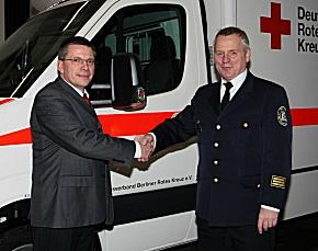 Heiko Jünger, Geschäftsführer der DRK Rettungsdienst gGmbH Berlin (links) und Branddirektor Ingo Böttcher der Berliner Feuerwehr (rechts) bei der Inbetriebnahme des DRK-RTW in Wilmersdorf. (Foto: DRK)