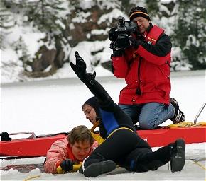 Ein TV-Team beobachtete die DLRG-Eisretter bei ihrer Übung. (Foto: DLRG)