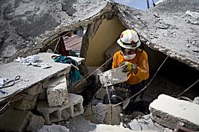 Ein peruanischer Rotkreuz-Helfer sucht in Port-au-Prince nach Verschütteten (Foto: Talia Frenkel/American Red Cross)