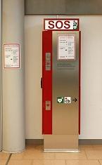 Notrufstele mit AED (Foto: M. Penner, Hamburg Airport)