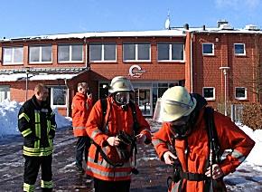 Einsatzkräfte an der Fintauschule (Foto: Polizei ROW)