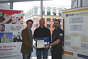 Oberarzt Dr. med. Thomas Näser gratulieren Lars Menzel, Leiter des Bildungsinstituts der Johanniter-Akademie Mitteldeutschland und Florian Kühl, Vorsitzender von ITLS Germany.