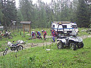 """Einsatzkräfte der Bergwacht Ramsau und die Besatzung des Traunsteiner Rettungshubschraubers """"Christoph 14"""" im Einsatz (Foto: BRK)"""