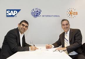 Mati Kochavi (im Bild rechts), CEO von AGT International, und Vishal Sikka (im Bild links), Chief Technology Officer von SAP bei der Vertragsunterzeichnung. (Foto: obs/ TZS)