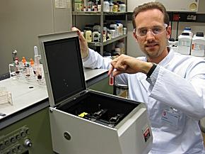 Blausäuremetabolit- und Hämoglobin-Messung mit einem Spektrometer (Foto: GIZ-Nord)
