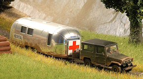 "Toyota Land Cruiser J4 mit Airstream-Wohnwagen ""Hospital"". Foto: Olaf Preuschoff"
