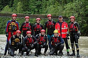 Teilnehmer und Ausbilder am Ufer der Bregenzer Ache  (Foto: DLRG)