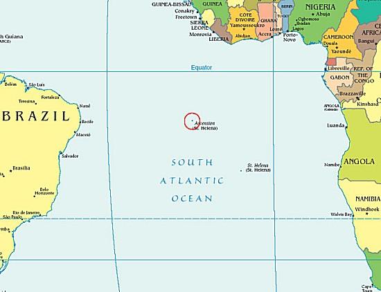 Mitten im Südatlantik liegt die Insel Ascension, die sogenannte Himmelfahrtsinsel. Die Insel Ascension ist kein typisches Urlaubsziel. Strategisch gut im Zentrum des Südatlantiks gelegen, beheimatet die Insel heute einen Stützpunkt der Nasa und der britischen Royal Air Force und eine Bodenstation der BBC ermöglicht von hier aus den interkontinentalen Informationsfluss. (Karte: CIA World Factbook)