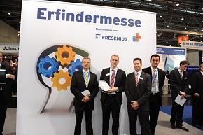 Dr. Martin Oehler (Mitte links) und sein Partner Henning Böge (Mitte rechts) mit Jury-Mitglied Martin Hepper (links) und Matthias Link, Fresenius Konzern-Kommunikation (rechts).