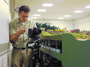 Fotoshooting auf der Anlage des Dr.-Cornelius-Modellbahnvereins: Redakteur Michael Rüffer setzt ein Miniatur-Fahrzeug von Rietze ins Bild. Foto: Mathis Rüffer