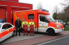 v.l.n.r.: Egbert Gördes (Kreis Borken) sowie die beiden in Schermbeck stationierten Rettungsassistenten Johannes Janßen und Martin Stawinoga vor der Wache Schermbeck