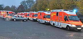 Rettungsfahrzeuge und SEG in Bereitstellung. (Foto: Polizei, Dokuteam Nord)