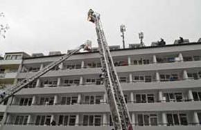 Mit Drehleitern wurde eine Bewohnergruppe die sich auf das Dach geflüchtet hatte gerettet. (Foto: BF München)