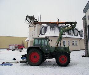 Der Traktor mit dem nach hinten geschlagenen Hebekorb. Foto: Polizei