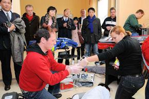 Die chinesischen Gäste folgten der Präsentation des Döpfer-Schulsystems sowie der Rettungsübung. Foto: Döpfer-Schulen/H.C. Wagner