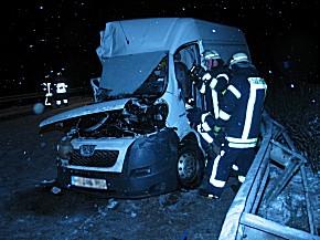Schneeglätte: Kurierfahrzeug auf der A27 verunfallt (Foto: ffver.de)