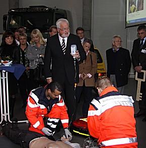 Einweihung der Rettungsdienst-Akademie: Ministerpräsident Harry Carstensen half mit. (Foto: RKiSH)