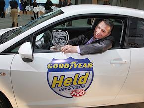 """Zum """"Highway Hero des Jahres 2010"""" gewählt: Shemsi Saliaj aus Lüneburg. Foto: Goodyear"""