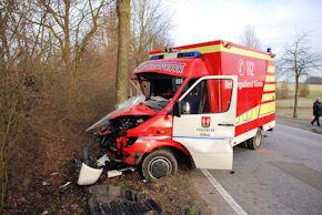 In Bünde wurde dieser RTW gestohlen und gegen einen Baum gesetzt. Foto: Polizei