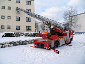 Die Feuerwehr hatte Probleme, für ihre DLK einen sicheren Standort zu finden. Foto: Feuerwehr
