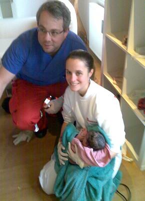 Johanniter-Rettungssanitäterin Ricarda Kullmann und der betreuende Notarzt mit dem neugeborenen Mädchen.