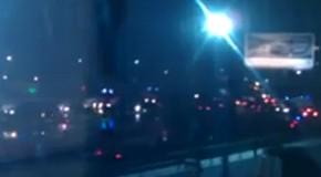 Rettungsfahrzeuge auf dem Weg zum Flughafen (Quelle: Youtube)