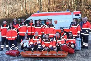 Die Einsatzkräfte freuene sich über ihr neues Höhlenrettungsfahrzeug. (Foto: Christoph Zeller/MHD)