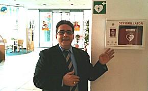 Tugrul Söylemez zeigt den AED im IBIS St. Pauli (Foto: IBIS)