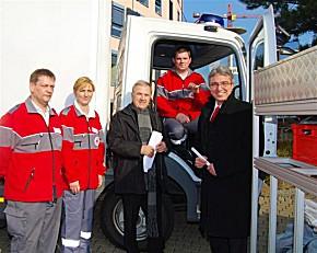 Landrat Claus Schick (3. v. links) und Staatssekretär Roger Lewentz (rechts) bei der Übergabe des Schlüssels für den Dekontaminations-Lkw an Matthias Müller (2. v. rechts), den Gruppenführer der Patientendekontaminationsgruppe. (Foto: Lkr. Mainz-Bingen)