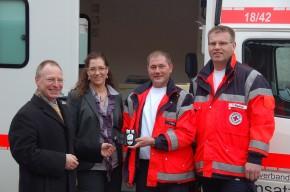Jörg Rohfeld, Fa. Roche und Anke Friesen von der Alten Apotheke Drochtersen übergeben die Blutzuckermessgeräte an Thorsten Minck und Thomas Waskow vom DRK-Rettungsdienst.