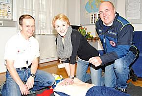 Chefarzt des Österreichischen Roten Kreuzes Prof. Dr. Wolfgang Schreiber, Proband Roberta Laggner, Ing. Christof Constantin Chwojka Geschäftsführer 144 NOTRUF NÖ (Foto: 144 Notruf NÖ)