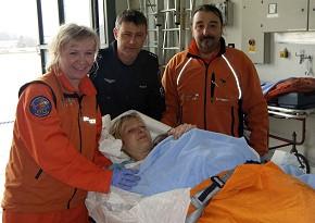 Notärztin Dr. Andrea Schnitzer, Pilot Polizeihauptkommissar Markus Pabst, Rettungsassistent Günther Hocheder und die glückliche Mutter mit Janine nach der Landung in Traunstein.